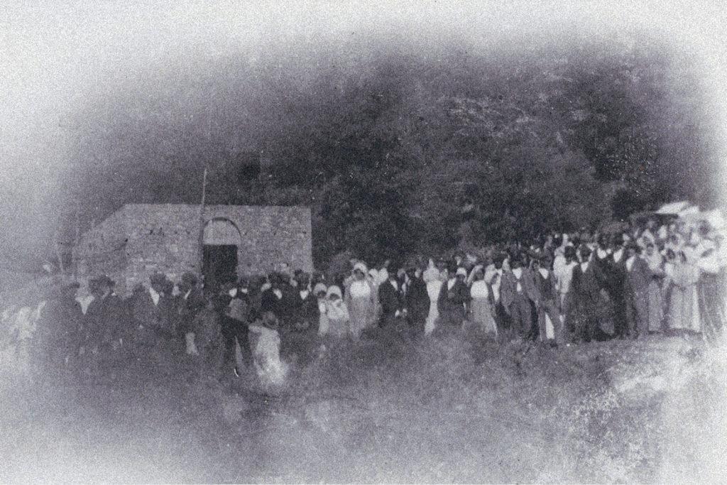 Fedeli davanti alla chiesa in costruzione